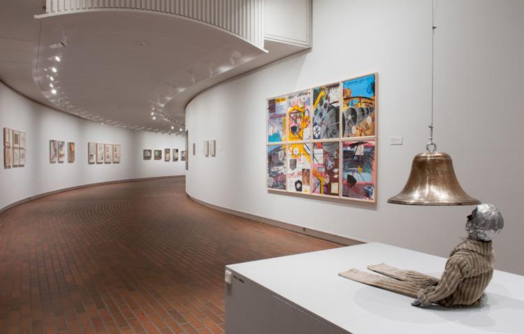 迷宮のような回廊に展示されるアート達