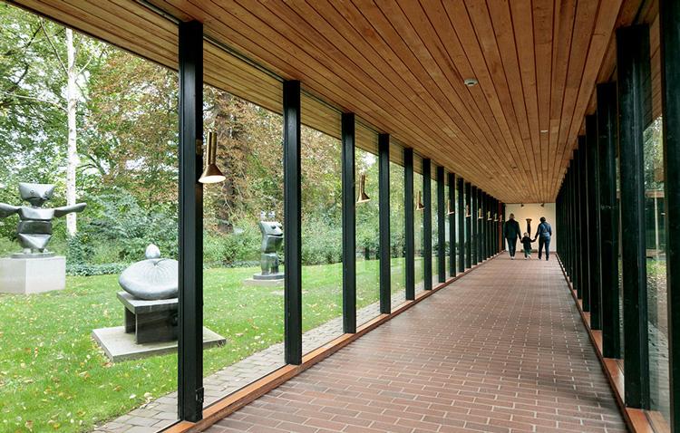 広大な庭園のアートを映すガラスの回廊